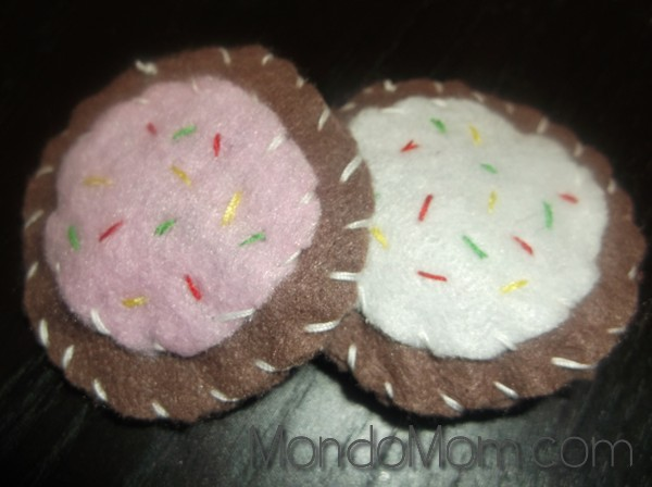 DIY felt cookies: sewn edges all around
